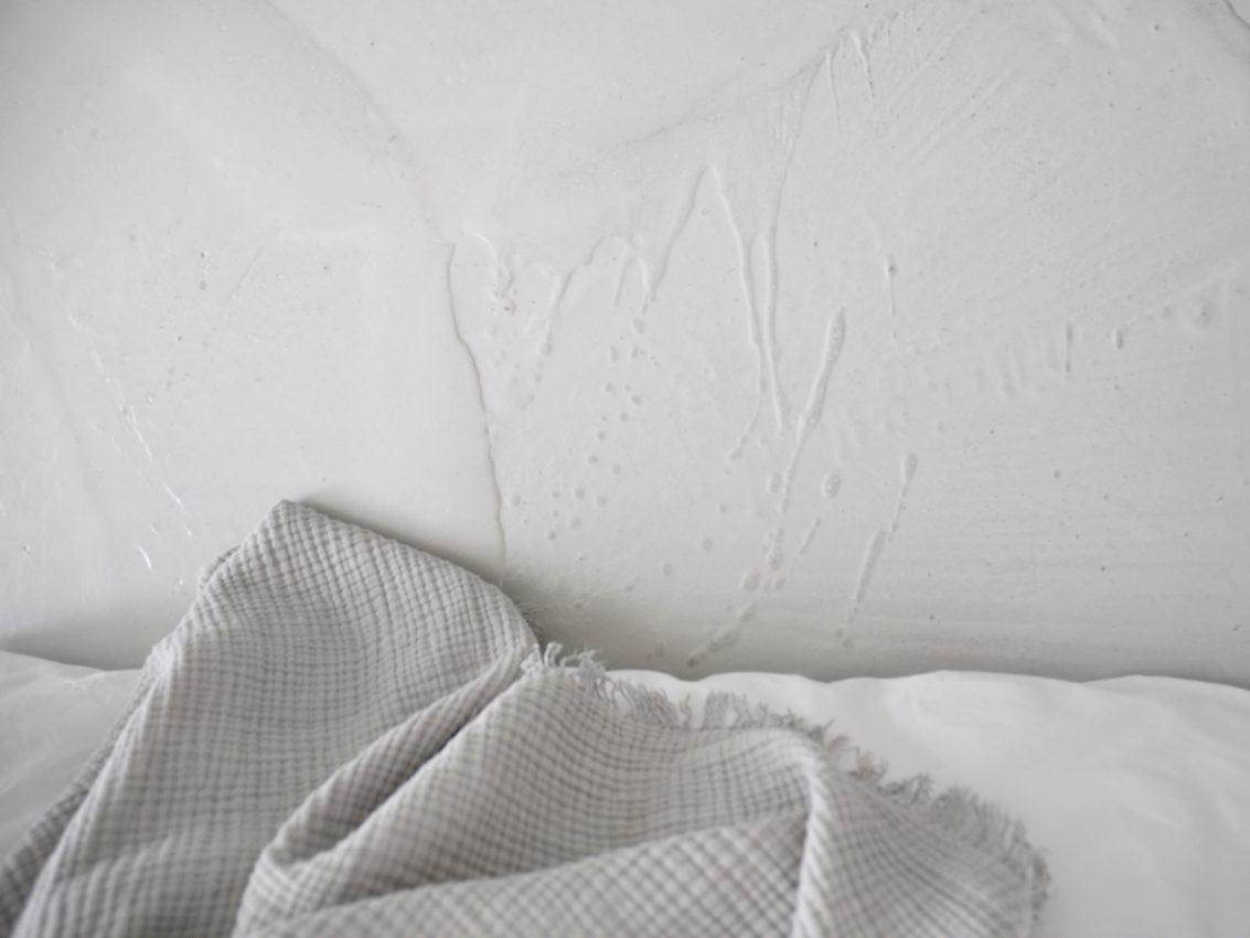 Tagesdecke Schlafzimmer Bett Zementboden e1507152714619 - Spachtel dir deinen Boden in Betonoptik selber
