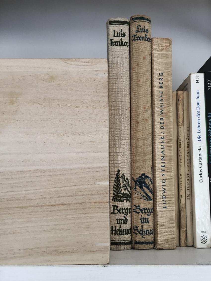 Holzkiste Buch alt vintage Berge Luis Trenker - Möbel richtig nutzen | unser intelligentes Bücherregal
