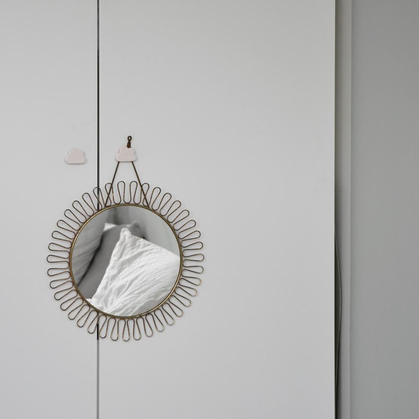 Kleiderschrank weiß Spiegel rund retro - Mut zur Farbe | Ein Schlafzimmer in Grün