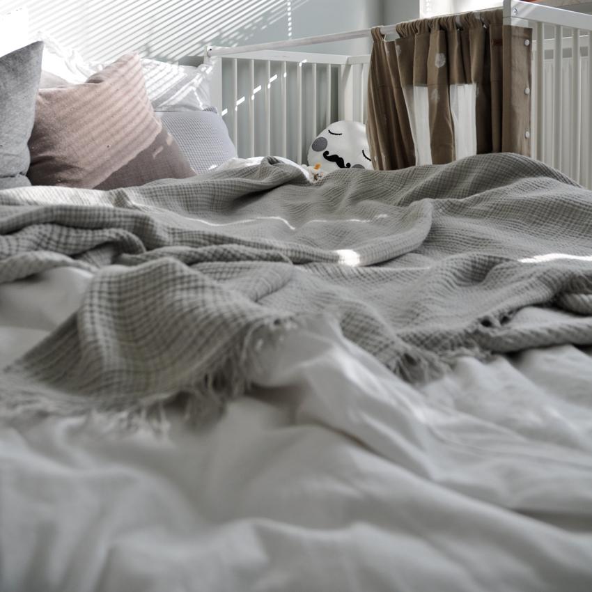 Schlafzimmer Familienbett Beistellbett Gitterbett Deko - Mut zur Farbe | Ein Schlafzimmer in Grün