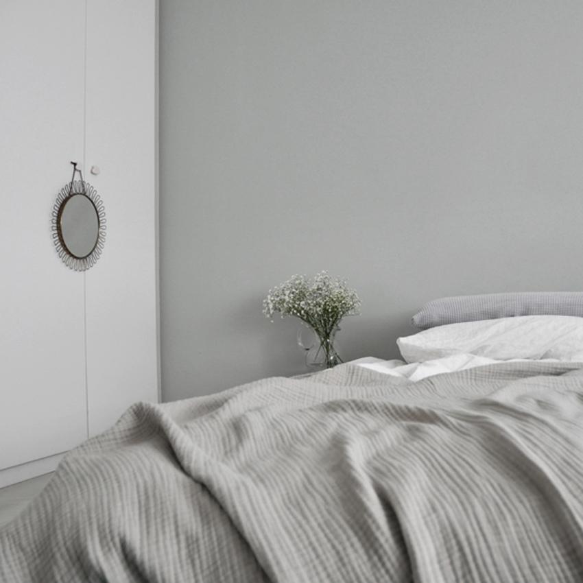 Schlafzimmer Kleiderschrank weiß Bett Tagesdecke grau weiß gruen - Mut zur Farbe | Ein Schlafzimmer in Grün