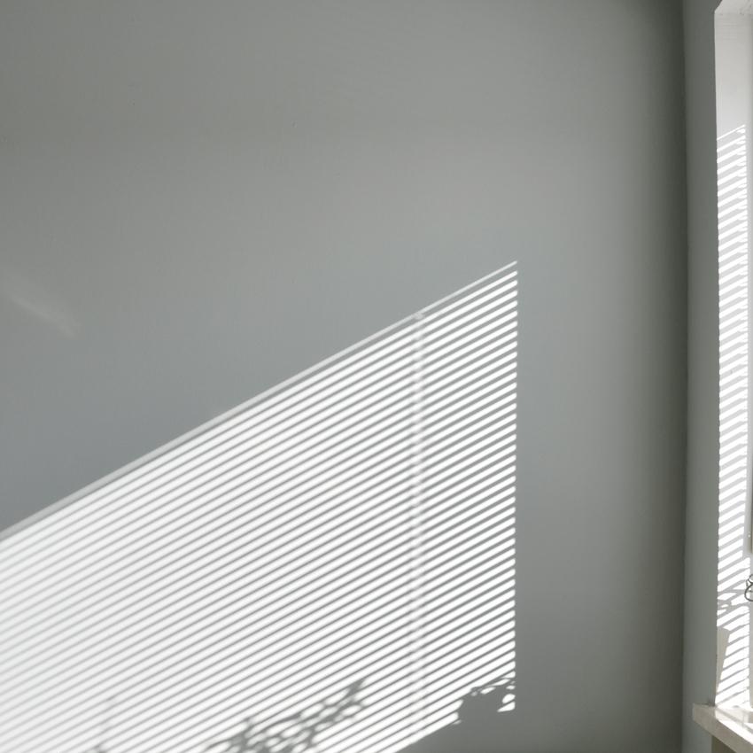 Wand gespachtelt gruen Alpina Feine Farben Schatten - Mut zur Farbe | Ein Schlafzimmer in Grün