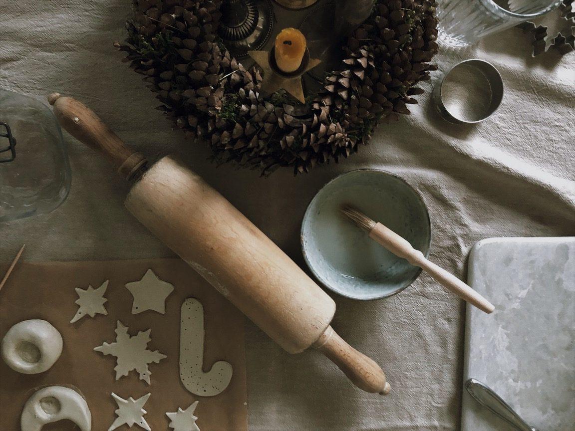 Arbeitstisch Basteltisch Adventskranz Nudelholz vintage e1513197233123 - Zauberhafte Kerzenständer   last minute geht auch schön