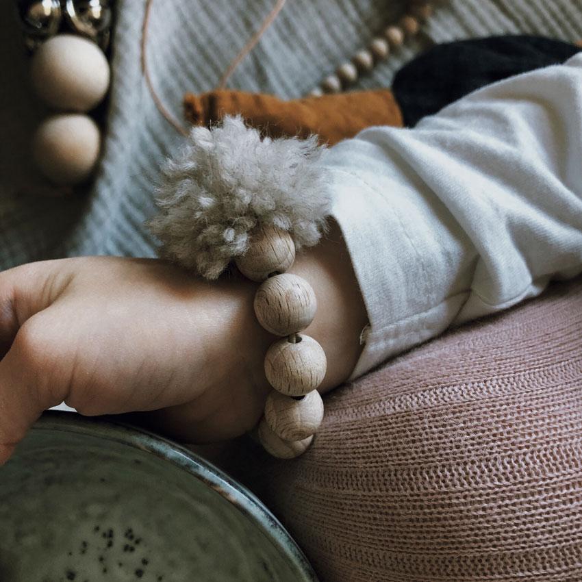 Armband Pompom Wolle Kind Holzperlen natur rockmyday - Mama Hack | Armbänder aus dem Fädelspiel