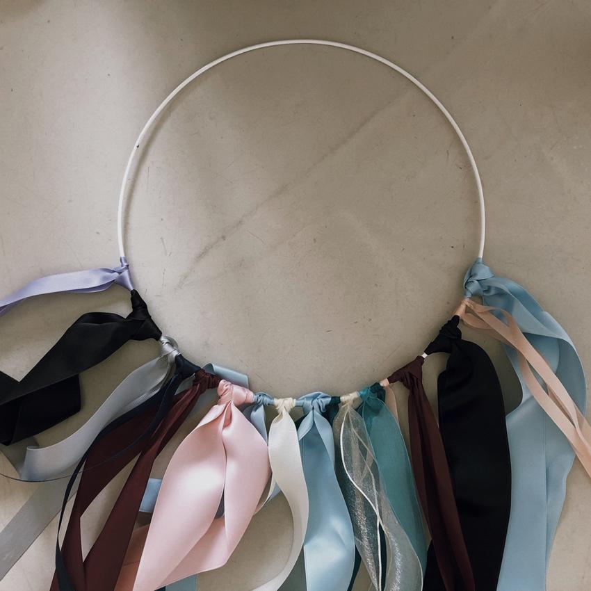 Drahtring halb weiß Baender Deko - DIY | Kinderzimmerdeko aus alten Geschenkbändern
