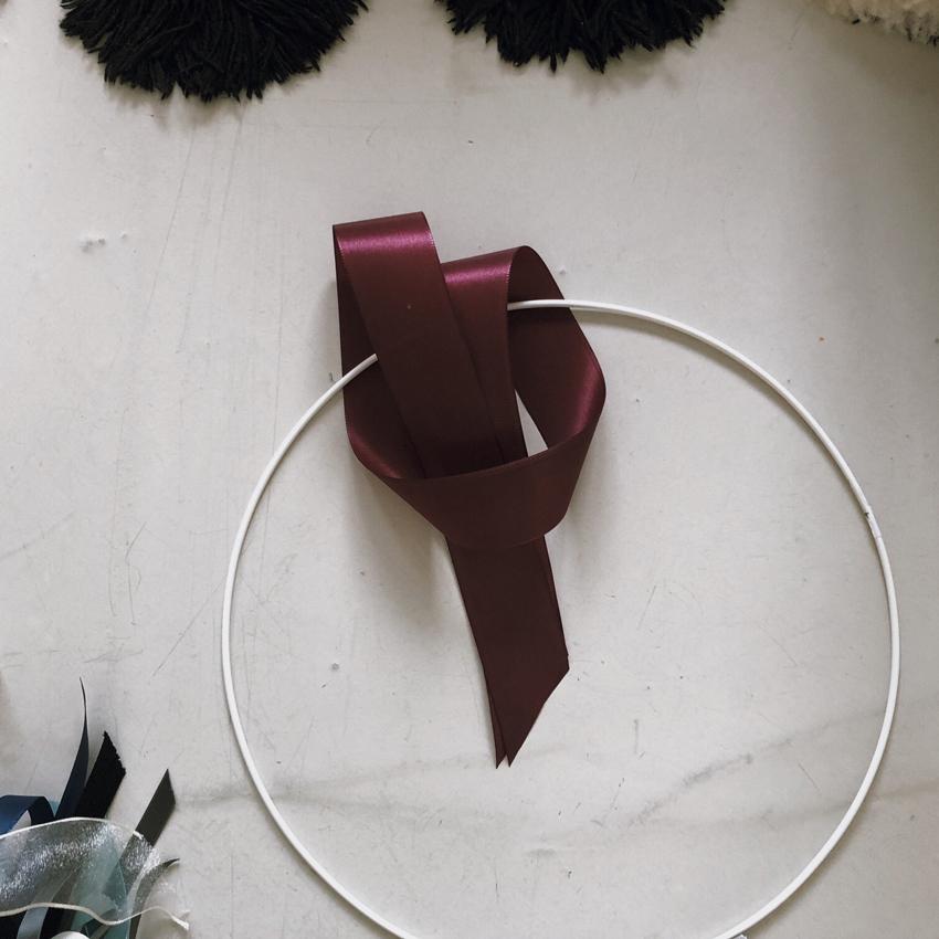 Drahtring weiß Schlaufe Band aubergine Satin - DIY | Kinderzimmerdeko aus alten Geschenkbändern