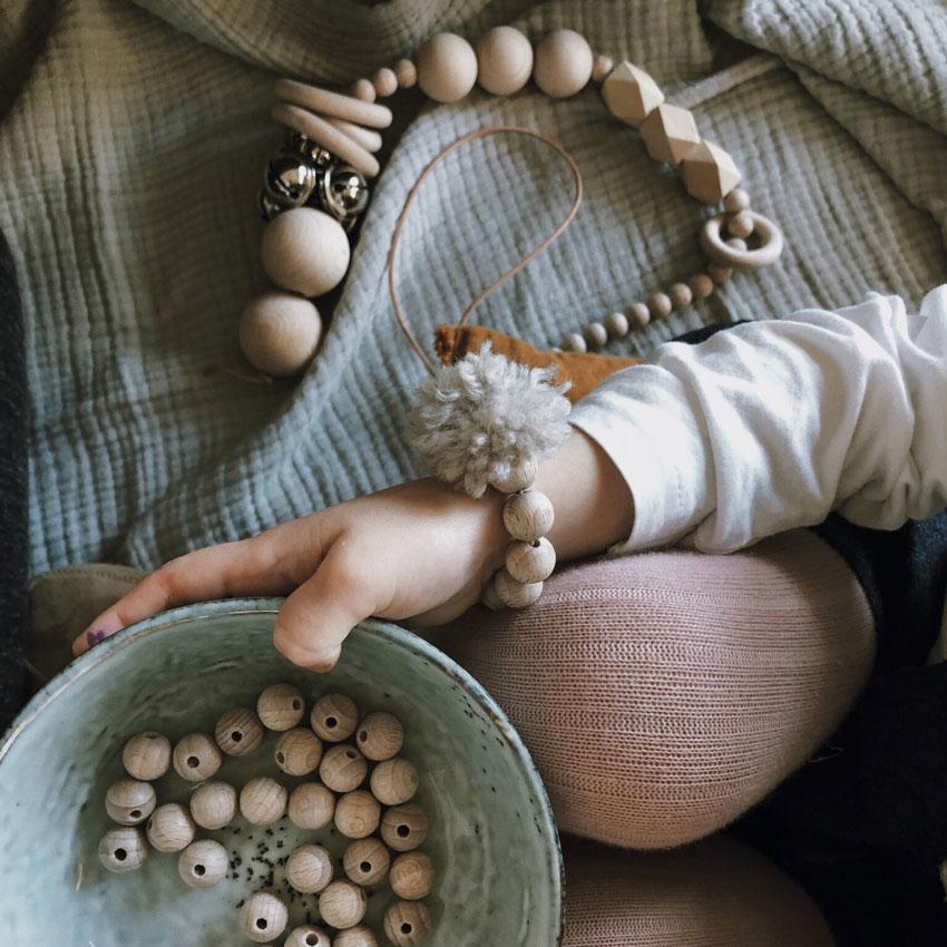 Faedeln Armband Pompom Wolle Kind Holzperlen natur rockmyday - Mama Hack | Armbänder aus dem Fädelspiel