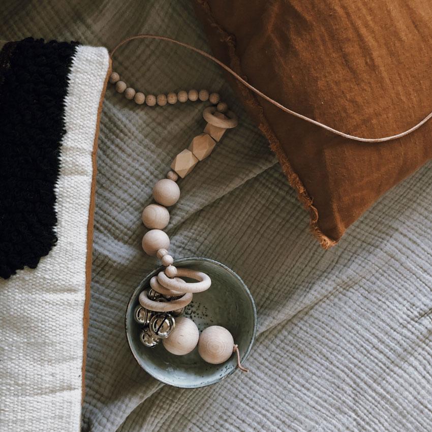Faedeln Holzperlen natur Lederband Kissen - Mama Hack | Armbänder aus dem Fädelspiel