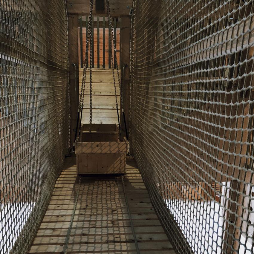 Indoorspielplatz Muenchen klettern Holz Scheune Gondel Haengebruecke turnen - MUNICH | der schönste Indoorspielplatz der Stadt