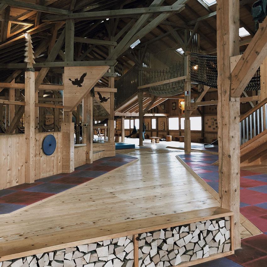 Indoorspielplatz Muenchen klettern Holz Scheune turnen - MUNICH | der schönste Indoorspielplatz der Stadt