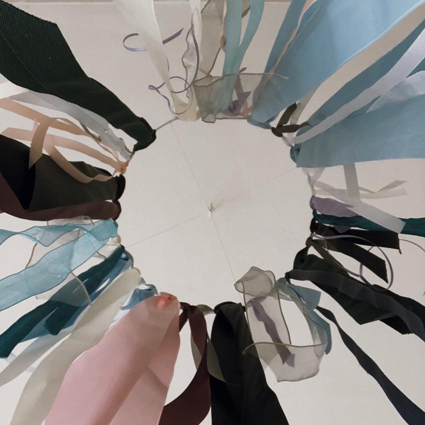 Mobile Ring weiß Baender bunt Deckendekoration Kinderzimmer - DIY | Kinderzimmerdeko aus alten Geschenkbändern