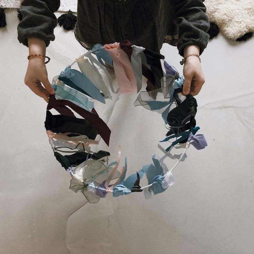 Mobile upcycling Baender bunt Verpackung Ring weiß Draht - DIY | Kinderzimmerdeko aus alten Geschenkbändern