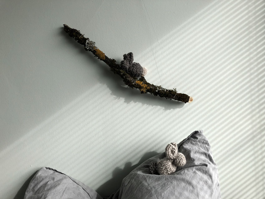 Osterhasen Hase gestrickt waldorf einfach Ast - DIY   gestrickter Osterhase   simpel einfach schön