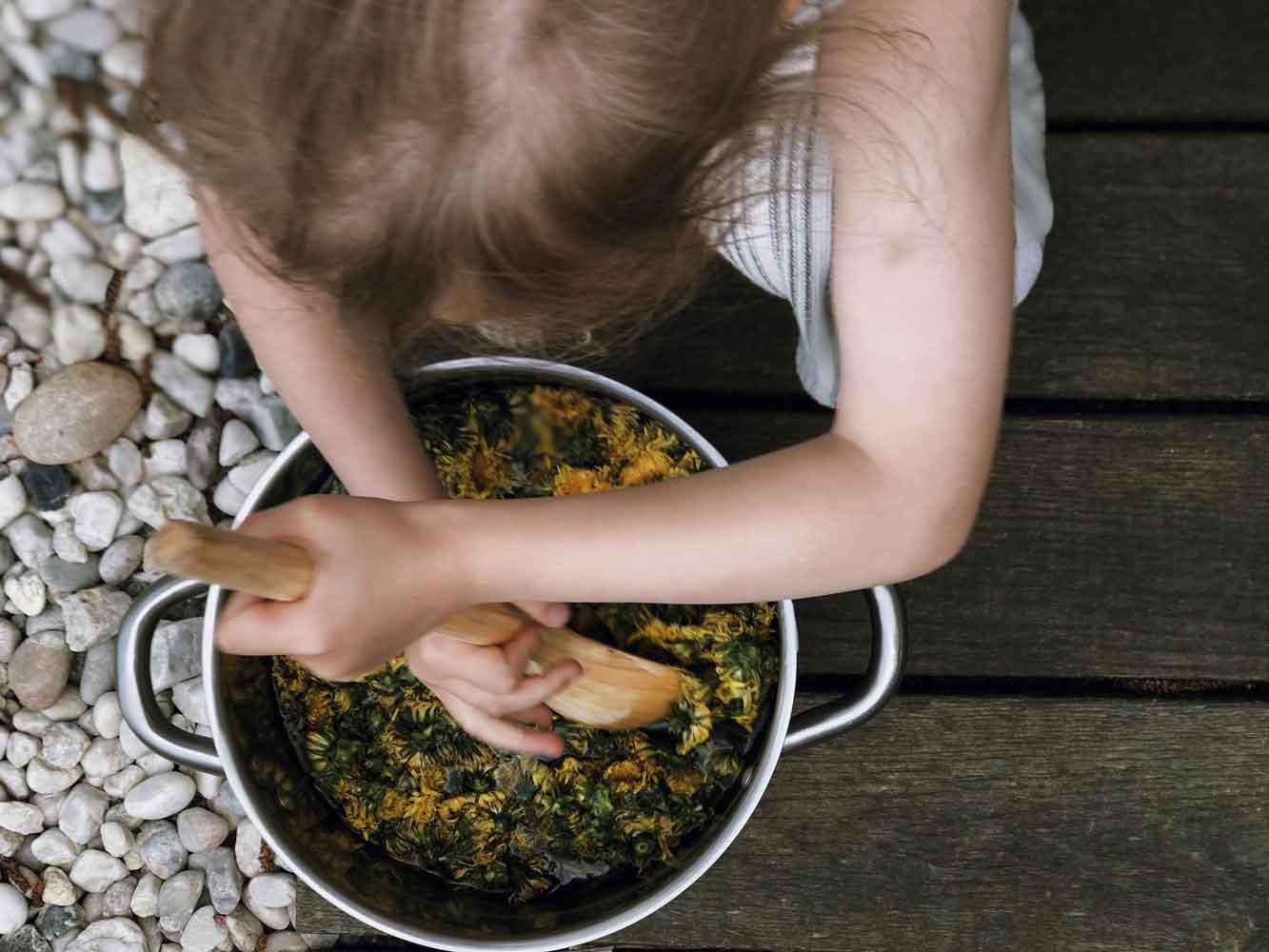 Loewenzahn Blueten Kochen Holzloeffel mit Kind - Autark leben in der Stadt | unser Pflanzenhonig aus Löwenzahn