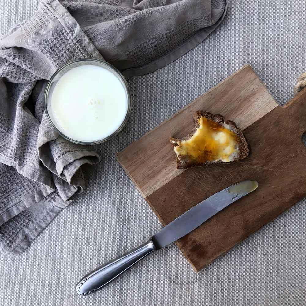 Pflanzenhonighonig Terrasse Gartentisch Fruehstueck Brot Milch - Autark leben in der Stadt | unser Pflanzenhonig aus Löwenzahn