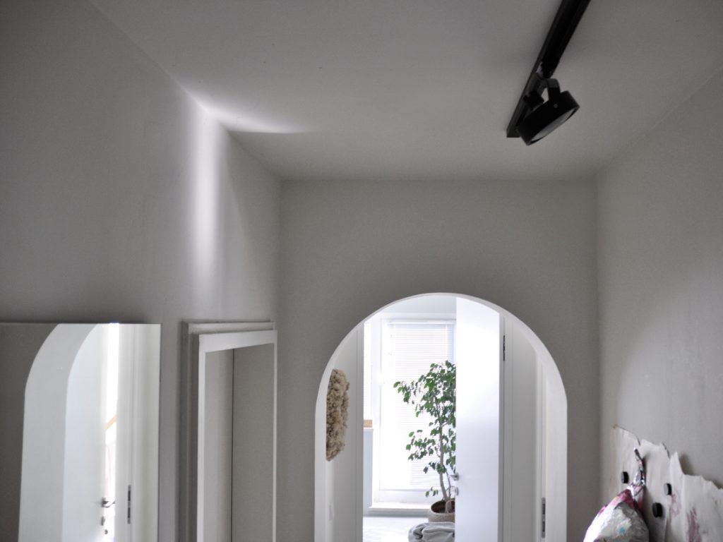 Architektur Flur Spiegel Magnetwand Deckenlampe 1024x768 - Einen Flur richtig gestalten