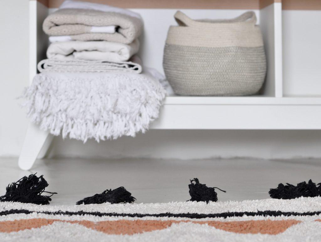 Kinderzimmer Regal weiß Teppich 1024x770 - Kinderzimmer aufräumen leicht gemacht