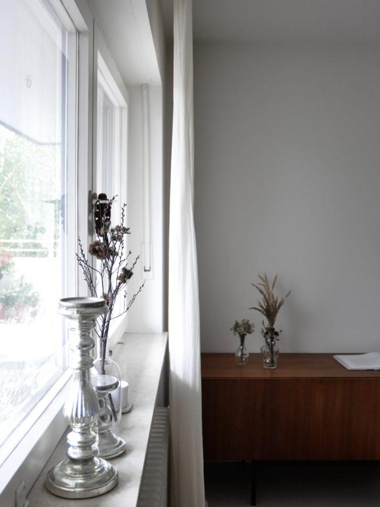 Wohnzimmer Herbstdeko Sideboard 768x1024 - Meine schlichte Herbstdeko und 2 schnelle Bastelideen für Kinder