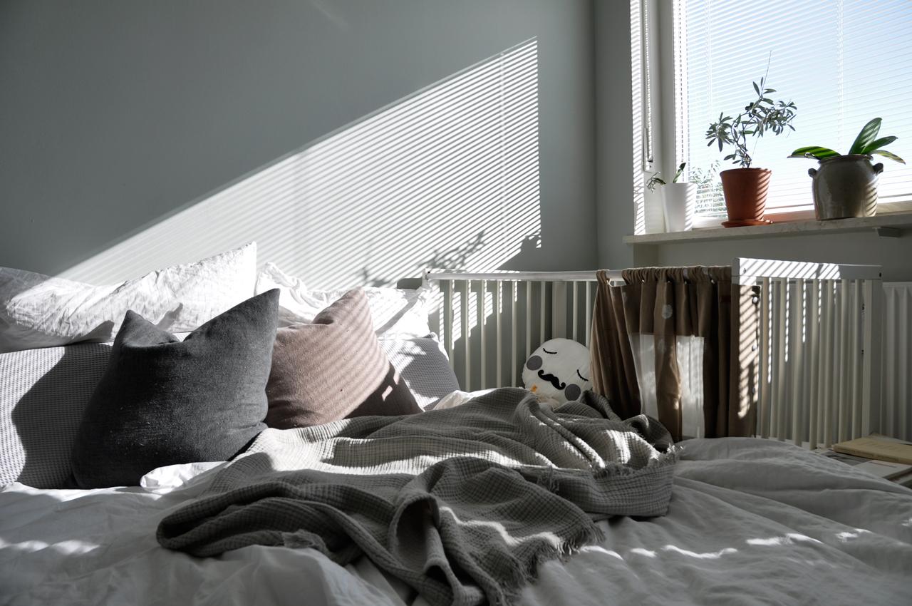 DIY Schlafzimmer Beistellbett Titel - Vom Beistellbett zum Gitterbett in unter 2 Sekunden