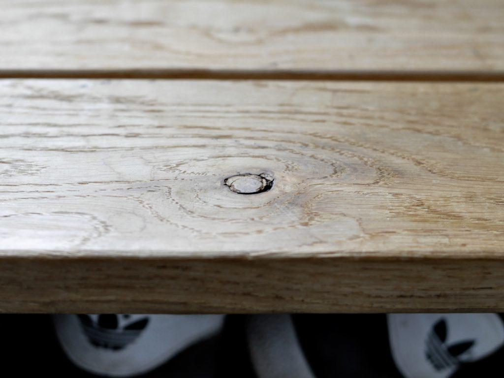 Holz Eiche Astloch Schuhloesung Holzstufe Bank 1024x768 - 3 in 1 | Unsere Schuhlösung auf kleinstem Raum