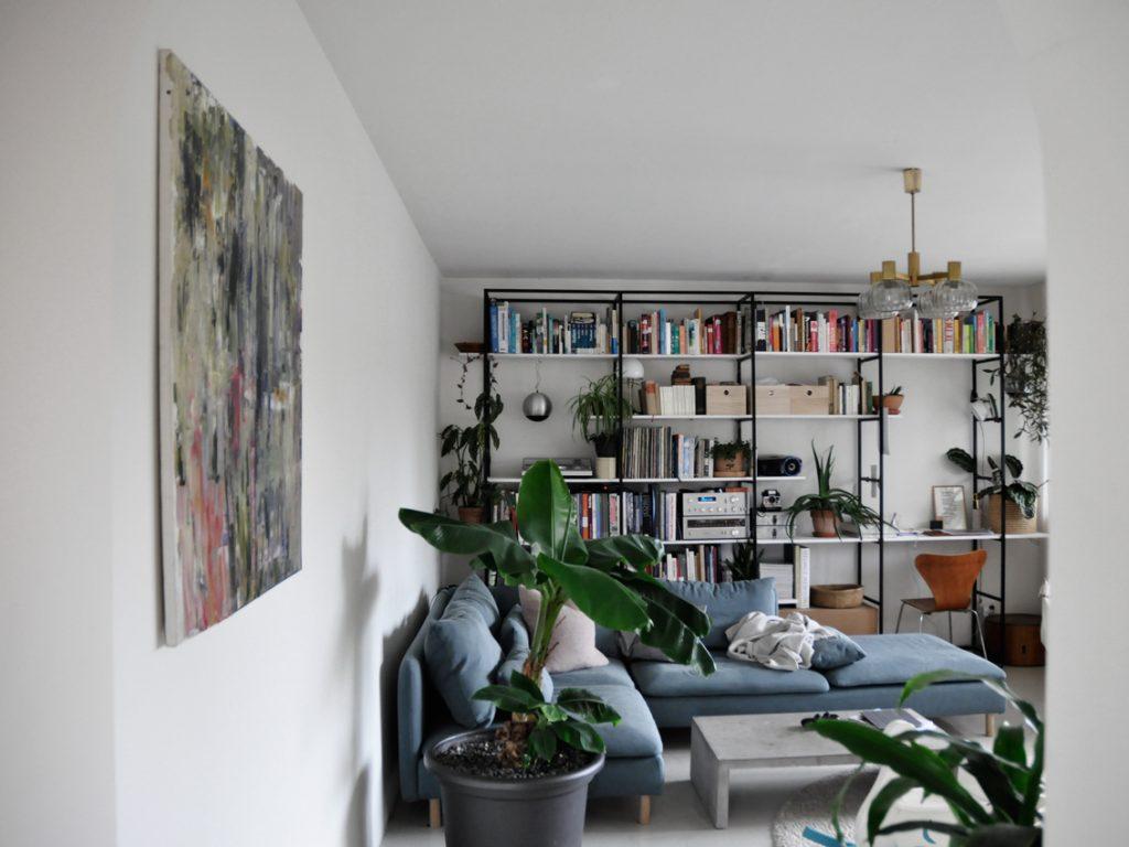 Wohnzimmer Buecherregal Regalwand livingroom Kunst Gerhard Richter 1024x768 - Möbel richtig nutzen | unser intelligentes Bücherregal