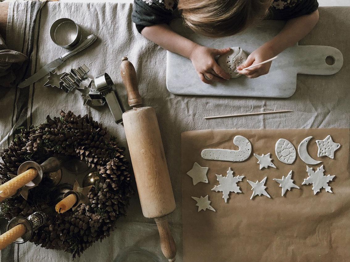 Ausstecher Modelliermasse Geschenkanhaenger - Basteln mit Kindern | weihnachtliche Geschenkanhänger