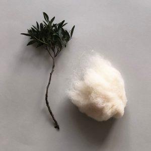 2018 Material Fuellwolle zweig rockmyday 300x300 - Füllwolle aus reiner Merinowolle