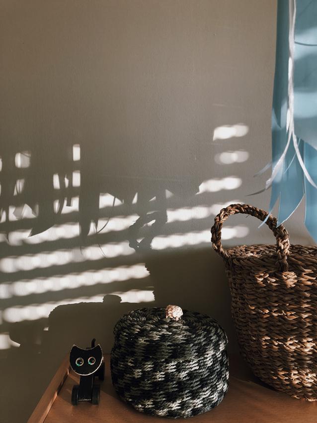 Schatten Licht Korb Korb mit Deckel Baender Satin Mobile 1 - DIY | Kinderzimmerdeko aus alten Geschenkbändern