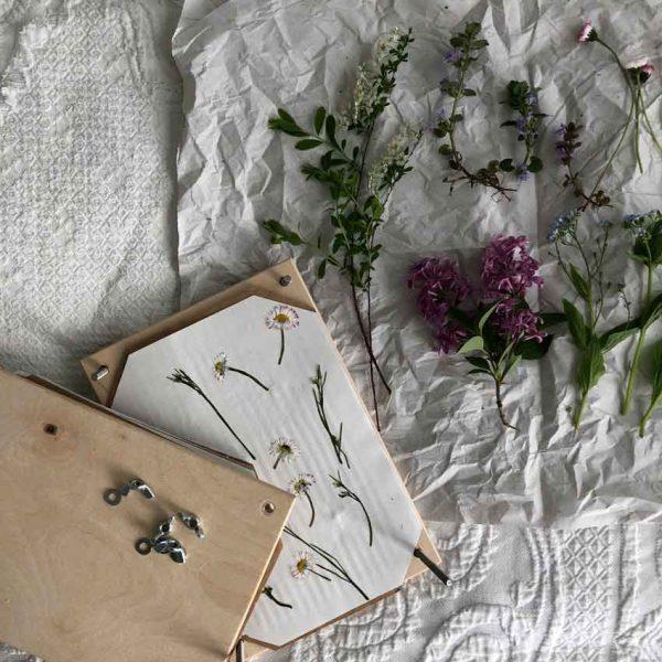 2018 Spiel Blumenpresse Blumen pressen halb Holz 600x600 - Blumenpresse Natur
