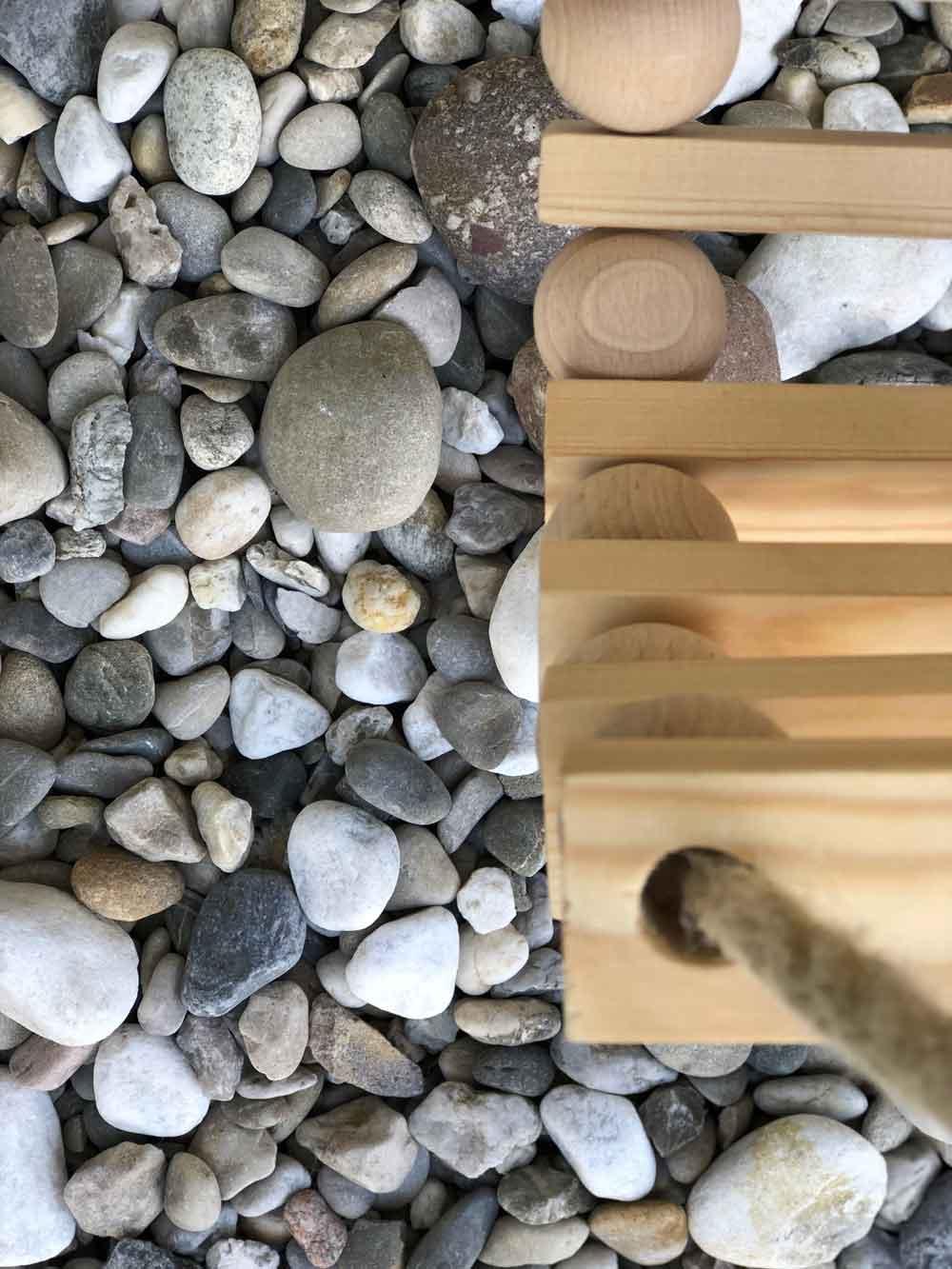 Diy Schaukel Holz Zubehoer Holzkugel draußen Detail nah - DIY | Schaukel aus Holzkugeln