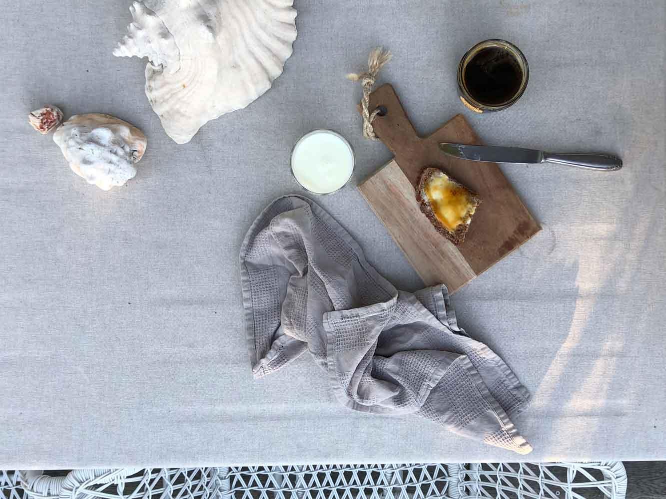 Loewenzahnhonig Terrasse Gartentisch Fruehstueck Brot Milch - Autark leben in der Stadt | unser Pflanzenhonig aus Löwenzahn