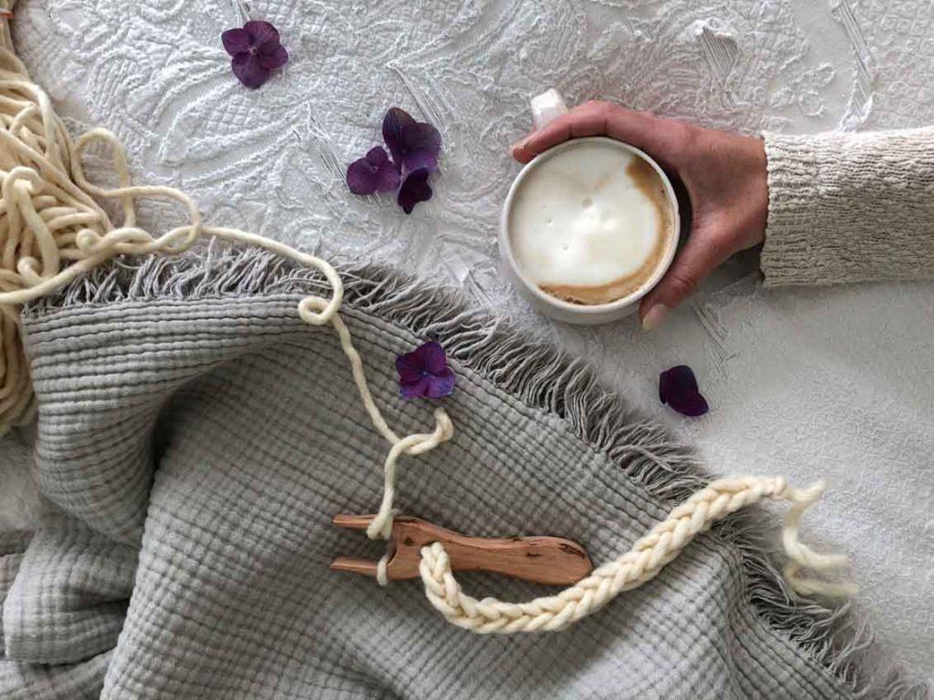 Strickgabel Kaffee Schurwolle Dochtwolle Blumen 1024x768 - happy international family day + Rabattcode