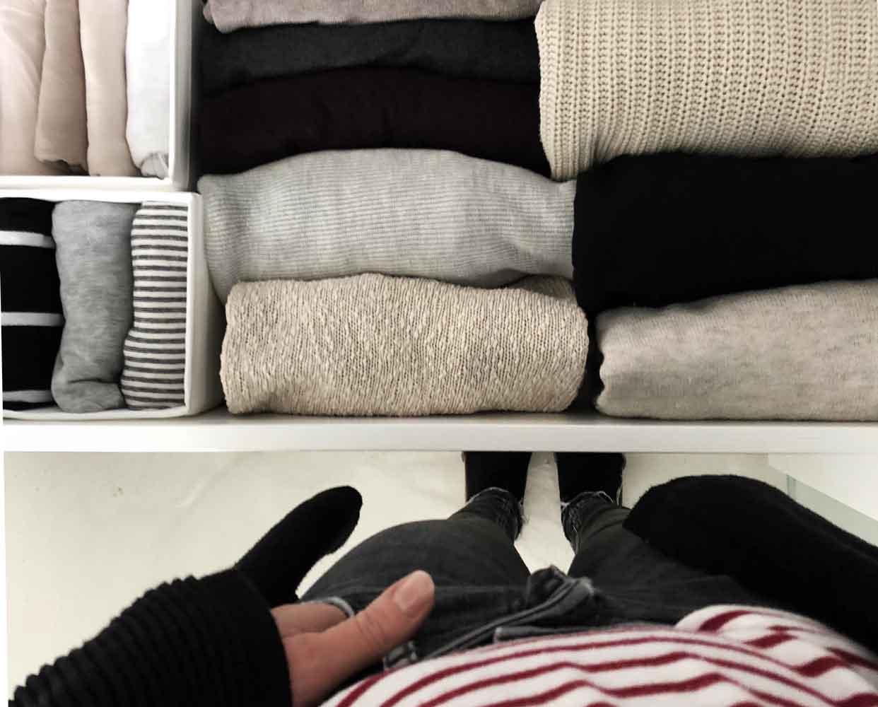 Kleiderschrank sortiert Kleidung - Nach dem Ausmisten - wohin mit den alten Sachen?