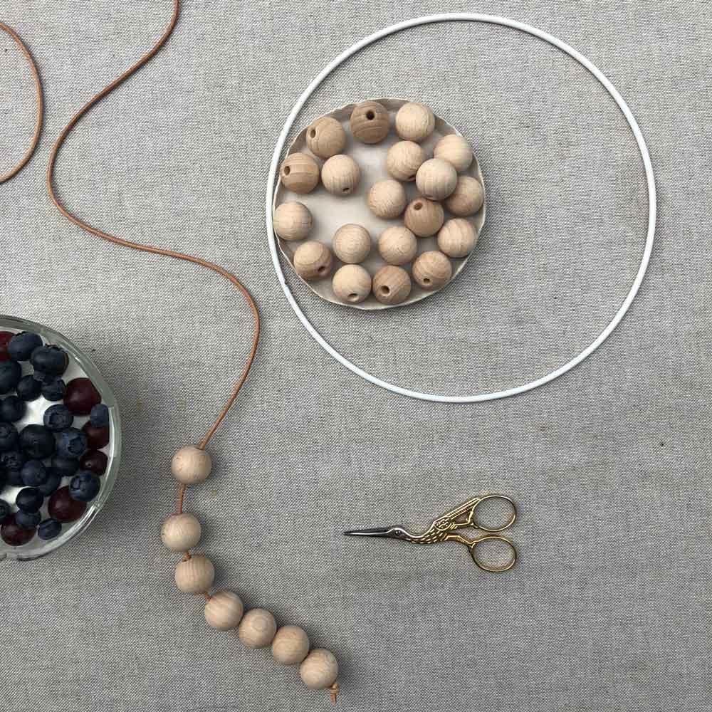 Holzkugeln Natur Lederband Ring weiß - 5 Min DIY | eine schlichte Dekoration für´s Kinderzimmer
