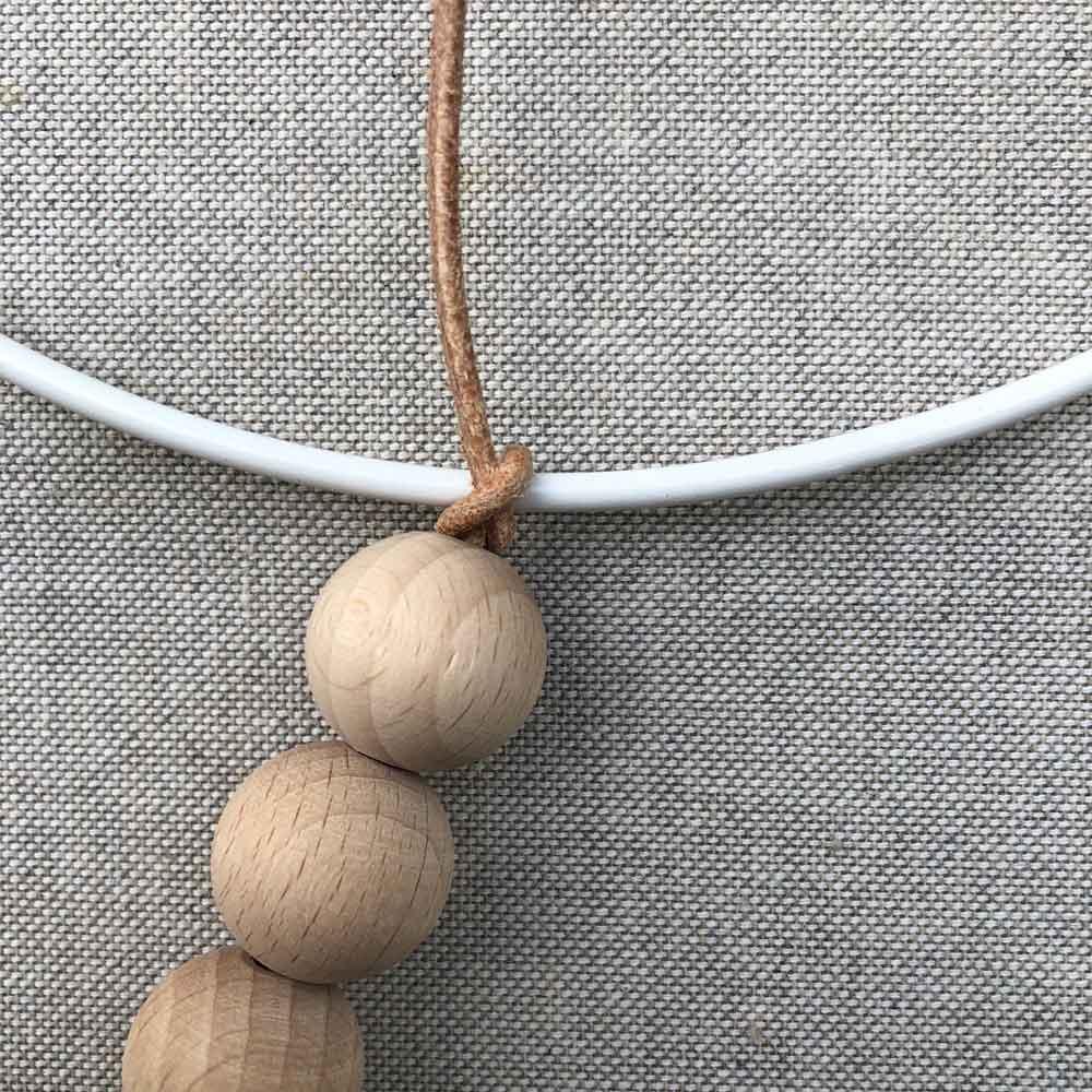 Holzkugeln faedeln Natur unbehandelt Lederband - 5 Min DIY | eine schlichte Dekoration für´s Kinderzimmer