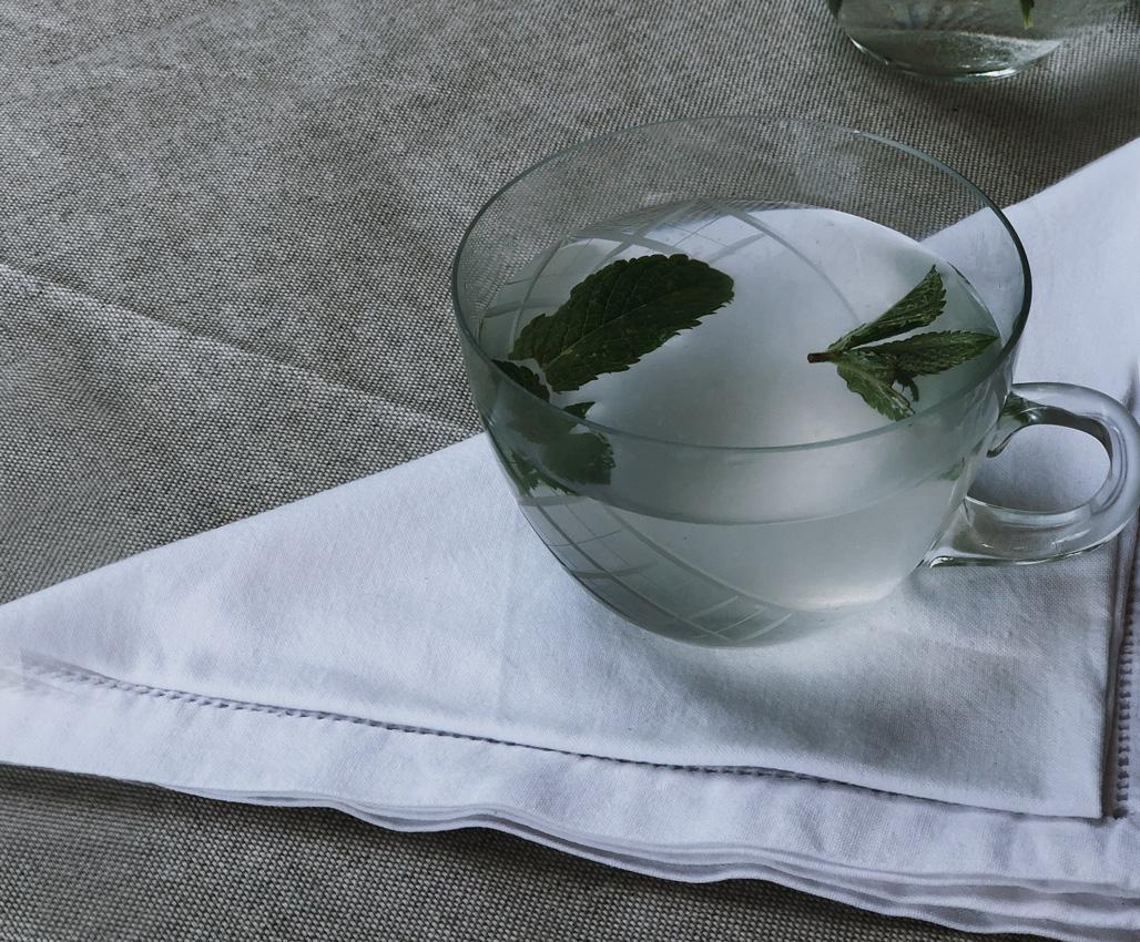Sommertisch Serviette Stoff weiß Limonade homemade lemonade Minze - erfrischende Zitronenlimonade in unter 10 Minuten