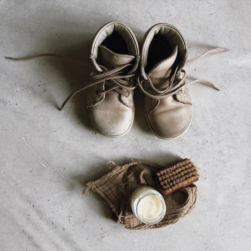 SChuhe putzen Lederpflege natuerlich Kokosoel kindgerecht Montessori - Wenn Kinder im Haushalt helfen - selbstgemachte Putzmittel