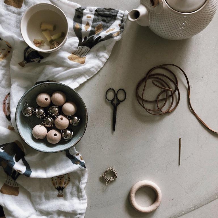 1 Holzkugeln Holzring Lederband Greifling Schelle Rassel Beißring natur - DIY | KW 35