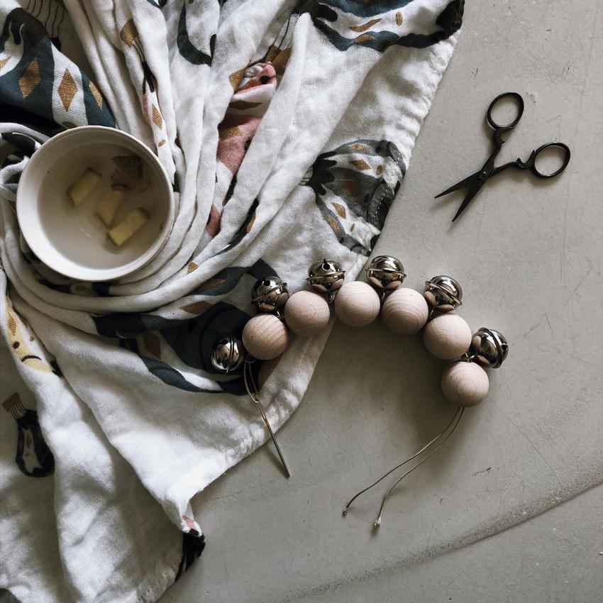 2 Holzkugeln Holzring Lederband Greifling Schelle Rassel Beißring natur - DIY | KW 35