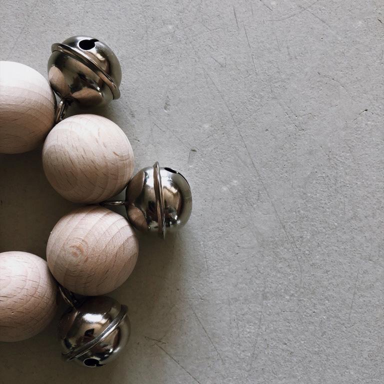 3 Holzkugeln Holzring Lederband Greifling Schelle Rassel Beißring natur - DIY | KW 35