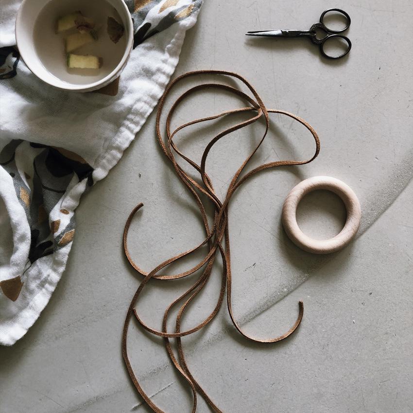 4 Holzkugeln Holzring Lederband Greifling Schelle Rassel Beißring natur - DIY | KW 35