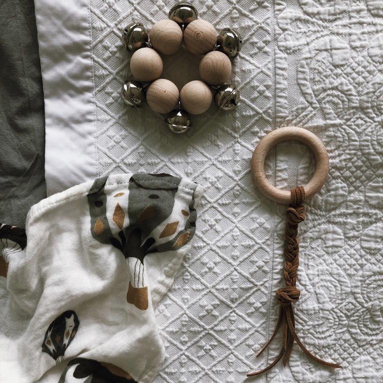 6 Holzkugeln Holzring Lederband Greifling Schelle Rassel Beißring natur - DIY | KW 35