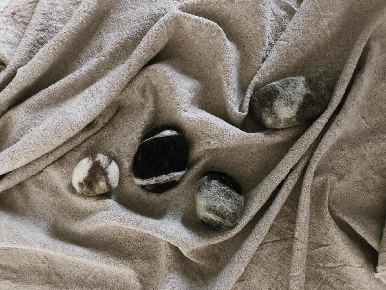 Seife umfilzen filzen Stein Maerchenwolle FLusskiesel Filzwolle Naßfilzen Flatlay Titel - Flusskiesel | Seife umfilzen