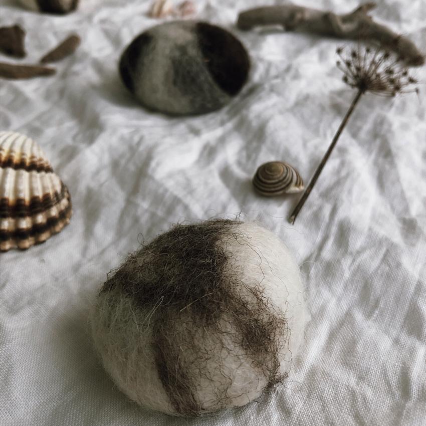 Seife umfilzen filzen Stein Maerchenwolle FLusskiesel Filzwolle Naßfilzen nah - DIY | nachhaltige Ostereierdeko - wundervoll umfilzt