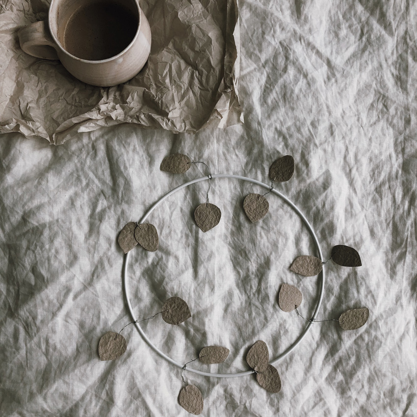 coffee DIY Papier schoepfen Blaetterkranz 07 - DIY | ein Blätterkranz aus handgeschöpftem Papier