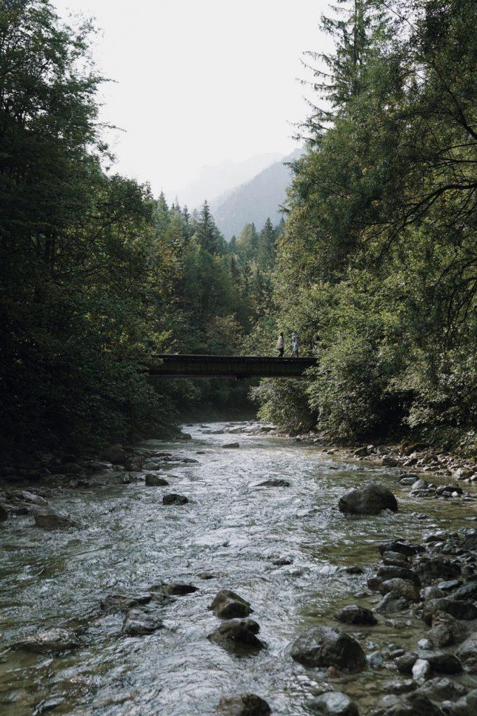visit austria sehnsuchtskampagne familie urlaub Steg Fluß 683x1024 - Ankommen im Urlaub | Familienurlaub in Österreich