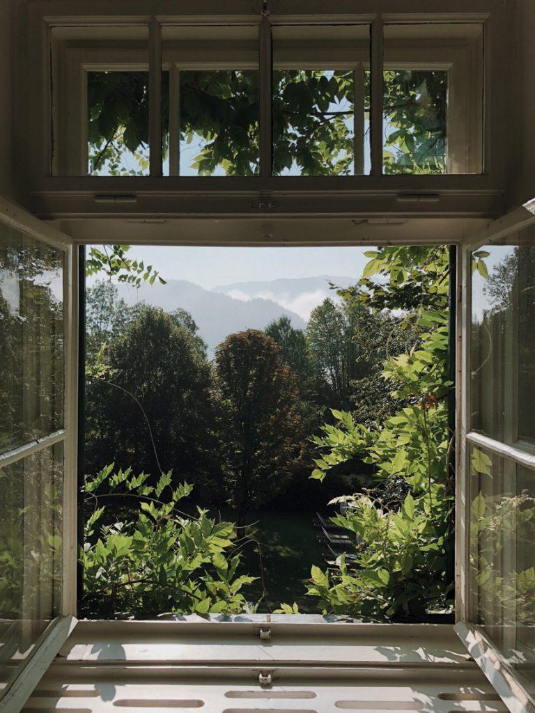 visit austria sehnsuchtskampagne familie urlaub fenster offen 768x1024 - Ankommen im Urlaub | Familienurlaub in Österreich