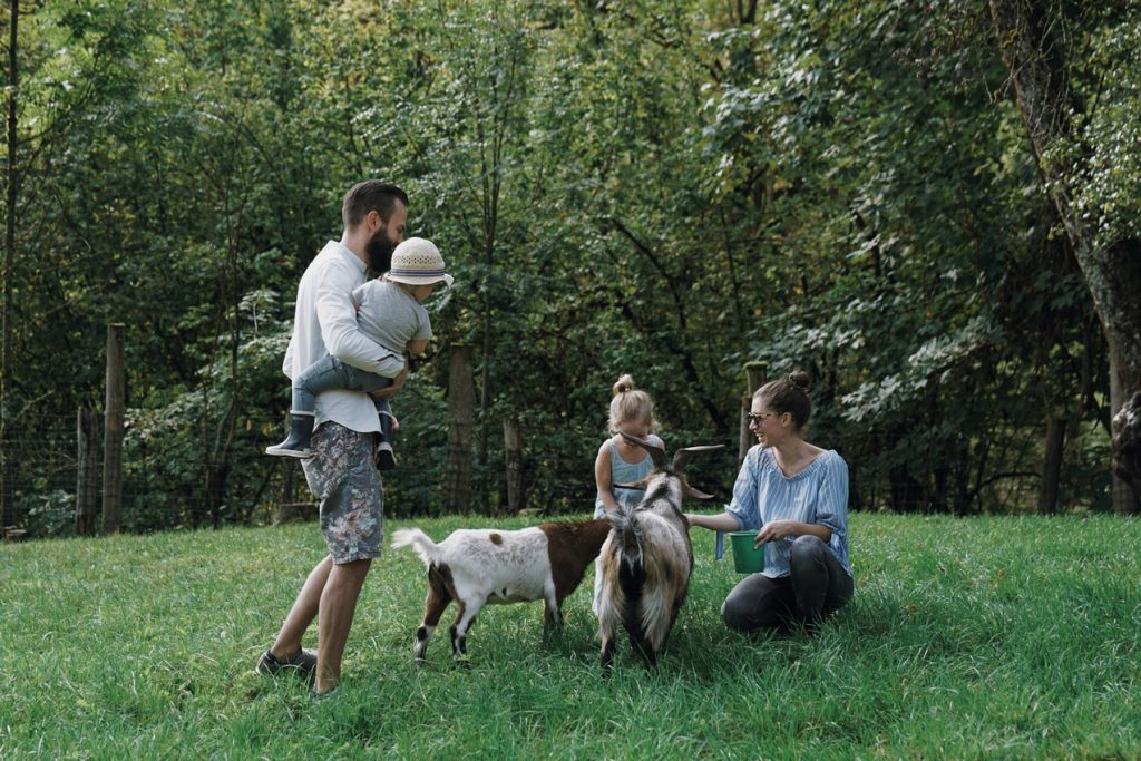 visit austria sehnsuchtskampagne familie urlaub ziegen fuettern 1024x683 - Ankommen im Urlaub | Familienurlaub in Österreich