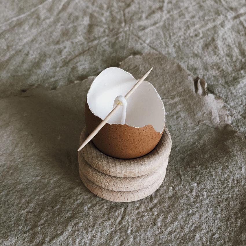 coffee DIY Eierschalen Kerzen Bienenwachs Kerzen gießen upcycling Eierbecher Holz 02 - DIY | Kerzen aus Eierschalen für einen wundervollen Start in den Frühling