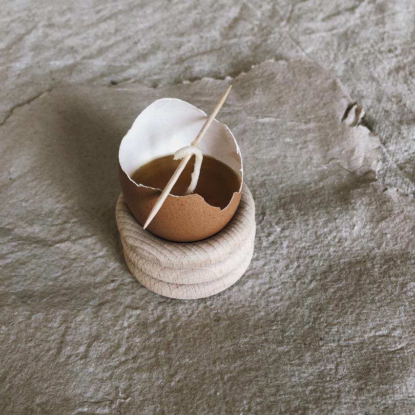 coffee DIY Eierschalen Kerzen Bienenwachs Kerzen gießen upcycling Eierbecher Holz 03 - DIY | Kerzen aus Eierschalen für einen wundervollen Start in den Frühling